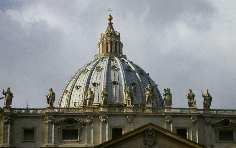 Das Bild zeigt die Kuppel des Petersdoms in Rom.