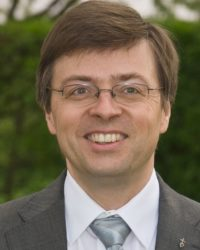 Herr Neumair ist in der Kanzlei für Kirchenrecht wissenschaftlicher Mitarbeiter für Projekte